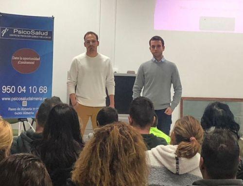 Psicosalud Almería en charla para padres sobre valores en el fútbol.